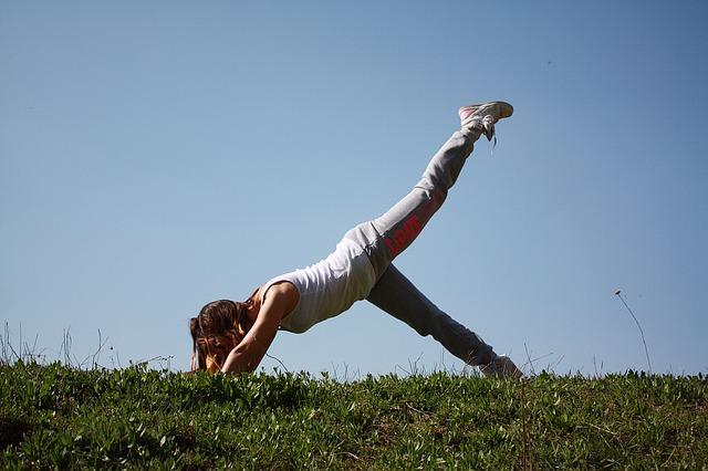 jóga na trávníku