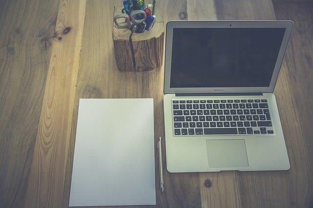 notebook a dřevo