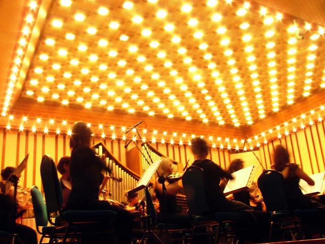 stropní svítidla v koncertním sále