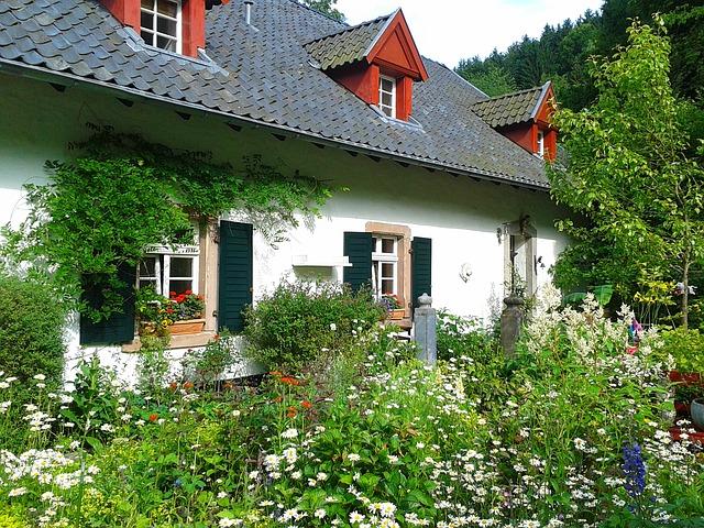 opravený starý dům uprostřed zeleně