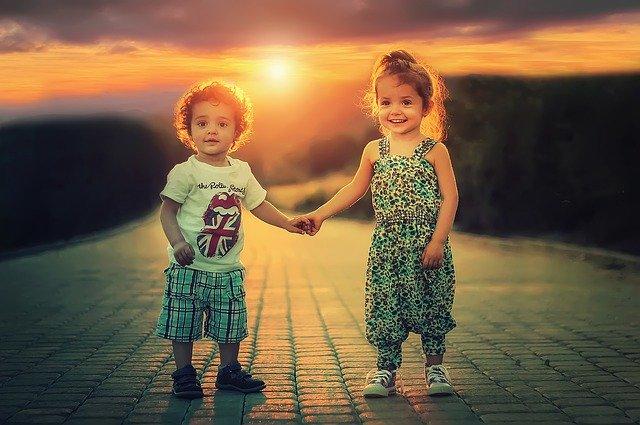 dvě děti při západu slunce
