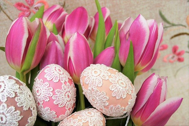 vejce zdobená háčkovanou krajkou