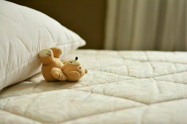 plyšový medvídek na matraci